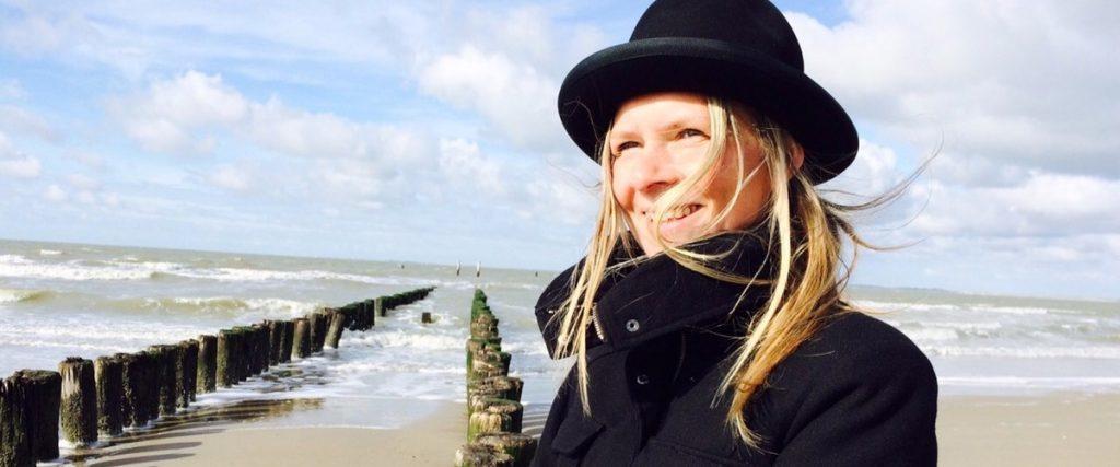 Lobke Brouwer aan het strand, in haar element