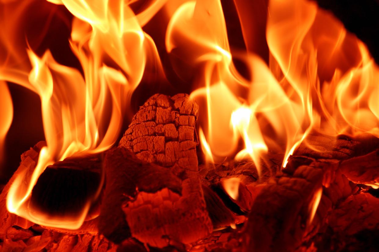 Vuur element verwarmt en verbrandt